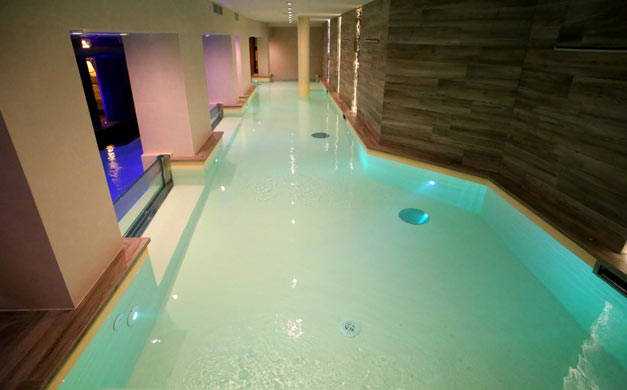 Nuova piscina del centro benessere dell 39 hotel columbia for Piscina wellness roma